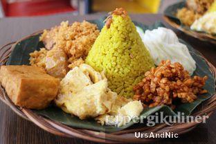 Foto 2 - Makanan(Tumpeng Mini Komplit) di Nasi Kuning Plus - Plus oleh UrsAndNic