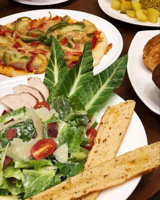 Foto 3 - Makanan(Caesar salad) di Cendana Lounge oleh Claudia @grownnotborn.id