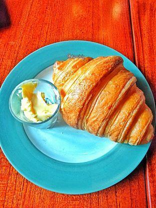 Foto 17 - Makanan(Croissant ) di Convivium oleh duocicip