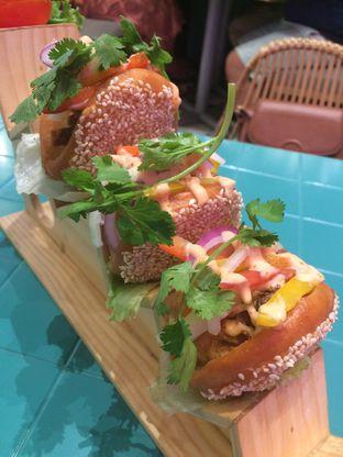 Foto 2 - Makanan(Soft Shell Crab Sandwich) di Santhai oleh Elvira Sutanto