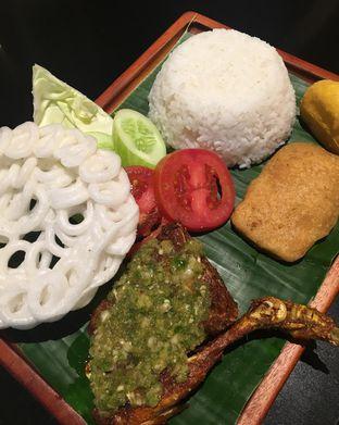 Foto 2 - Makanan(Nasi ayam penyet sambal ijo) di Geulis The Authentic Bandung Restaurant oleh Jeljel