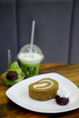 Foto 2 - Makanan(Houjicha Roll Cake) di Tsujiri oleh Cindy Y