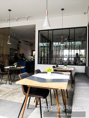 Foto 2 - Interior di Atlast Kahve & Kitchen oleh Irene Stefannie @_irenefanderland
