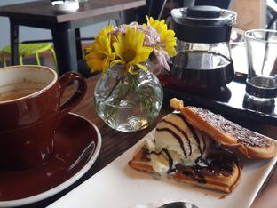 Foto 2 - Makanan(Waffle Ovomaltine) di Young & Rise Coffee oleh @stelmaris
