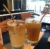 Foto latte & lemon tea di Paladin Coffee + Kitchen