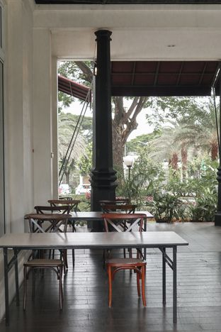 Foto 8 - Interior di Lake View Cafe oleh thehandsofcuisine