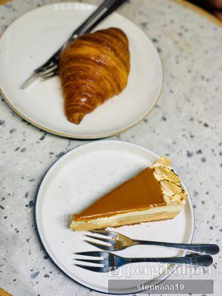 Foto 1 - Makanan((up) butter croissant; (down) salted caramel pie) di Joe & Dough oleh Sienna Paramitha