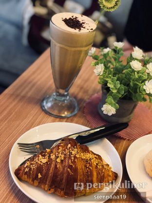 Foto 1 - Makanan(golden cheese croissant) di Olive Tree House of Croissants oleh Sienna Paramitha