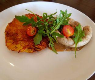 Foto 5 - Makanan(Grill Sausage Rosti (IDR 91900 - Nett)) di Miss Bee Providore oleh Rinni Kania