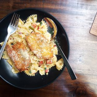 Foto 1 - Makanan(Farfalle alfredo with chicken) di Calibre Coffee Roasters oleh Grace Aria