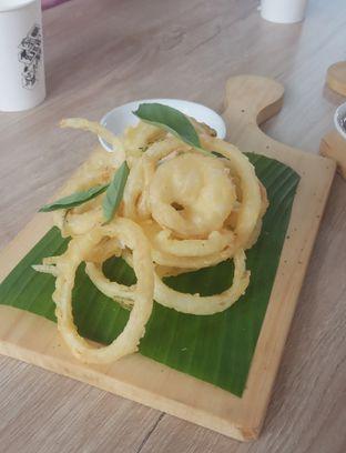 Foto 5 - Makanan(Onion Rings (IDR 33k) ) di Cecemuwe Cafe and Space oleh Renodaneswara @caesarinodswr