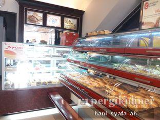 Foto 1 - Interior di Holland Bakery oleh Hani Syafa'ah