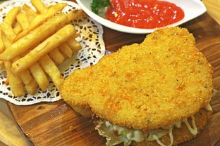 Foto 4 - Makanan(Chicken Rice Burger) di Teddy Bar oleh Marchella Loofis