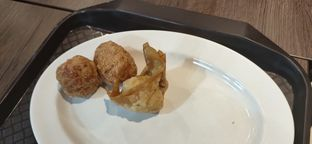 Foto 1 - Makanan(Bakwan goreng dan pangsit goreng) di Bakso Boedjangan oleh Evan Hartanto