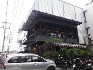 Foto 6 - Eksterior di Communal Coffee & Eatery oleh Nisanis