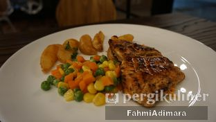 Foto 8 - Makanan(Salmon Grill) di Wheels and Brakes Cafe oleh Fahmi Adimara