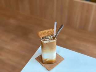 Foto 6 - Makanan(Ice Biscoff Latte) di Dailydose Coffee & Eatery oleh Jeljel