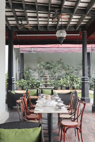 Foto 10 - Interior di Lake View Cafe oleh thehandsofcuisine