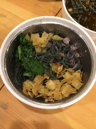 Foto 2 - Makanan(Mie sehat setan pedas ireng dengan cumi ireng) di Warung Bos oleh Elvira Sutanto
