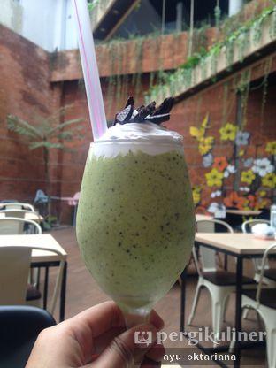 Foto 5 - Makanan(avocado oreo) di Colibri Cafe & Bakery oleh a bogus foodie