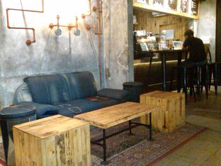 Foto 2 - Interior di Watt Coffee oleh Renodaneswara @caesarinodswr