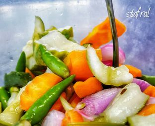 Foto 4 - Makanan(Acar) di Nasi Goreng Kebuli Apjay oleh Stanzazone