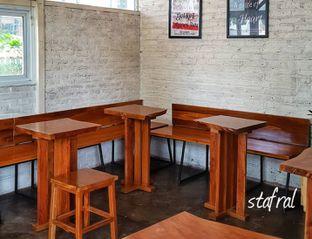 Foto 5 - Interior di Pikul Coffee & Roastery oleh Stanzazone