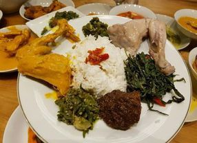 Nasi Padang vs Nasi Warteg, Kamu Lebih Pilih yang Mana?