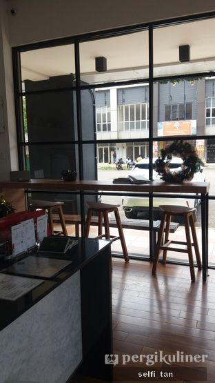 Foto 6 - Interior di Coarse & Fine Coffee oleh Selfi Tan