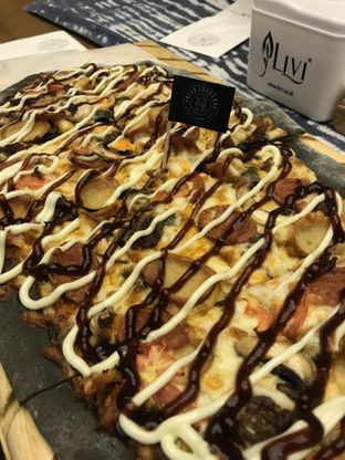 Foto 3 - Makanan(High Grounds SIgnature Black Onyx Pizza) di High Grounds oleh @stelmaris