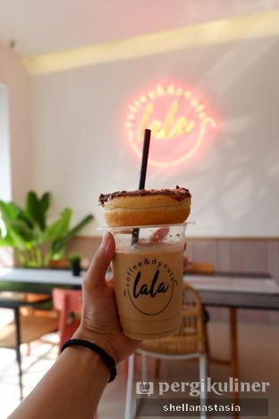 Foto 3 - Makanan(Donat Ovomaltine) di Lala Coffee & Donuts oleh Shella Anastasia
