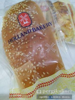 Foto 3 - Makanan(Roti Lemper Ayam) di Holland Bakery oleh Diana Sandra