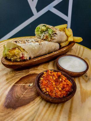 Foto 1 - Makanan(Falafel Plate) di Emado's Shawarma oleh Adhy Musaad