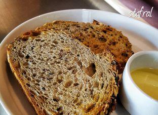 Foto 3 - Makanan(Complimentary Breads) di BEAU Bakery oleh Stanzazone