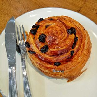 Foto 15 - Makanan(Pain au raisin) di Platon Coffee oleh duocicip