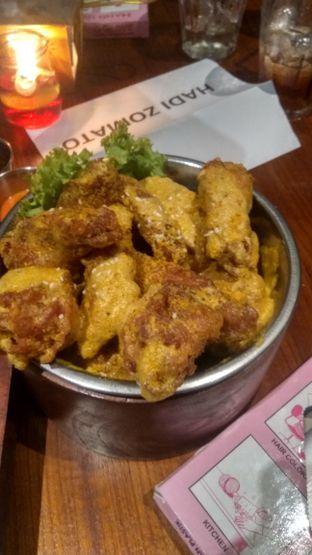 Foto 6 - Makanan(Salted Egg Chicken Wings (IDR 78k) ) di Holywings oleh Renodaneswara @caesarinodswr