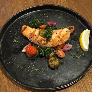 Foto 2 - Makanan(Grilled Salmon Steak) di Pish & Posh Cafe oleh Jeljel