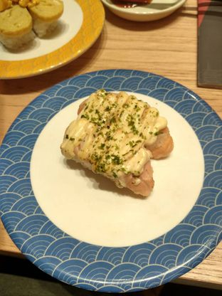 Foto 2 - Makanan(Salmon Mentai Sushi (IDR 20k)) di Tom Sushi oleh Renodaneswara @caesarinodswr