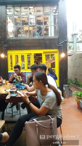 Foto 5 - Interior di Giyanti Coffee Roastery oleh Selfi Tan