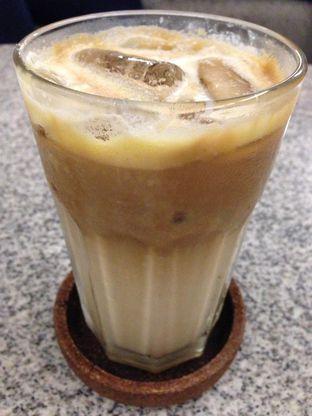 Foto 3 - Makanan(Butterscotch Coffee latte) di YOMS Pisang Madu & Gorengan oleh awakmutukangmakan