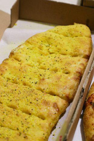 Foto 3 - Makanan di Domino's Pizza oleh thehandsofcuisine