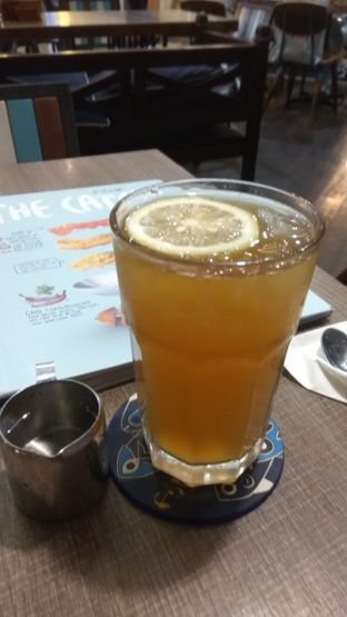 Foto 4 - Makanan(Ice Lemon Tea (IDR 34.5k)) di Fish & Co. oleh Renodaneswara @caesarinodswr