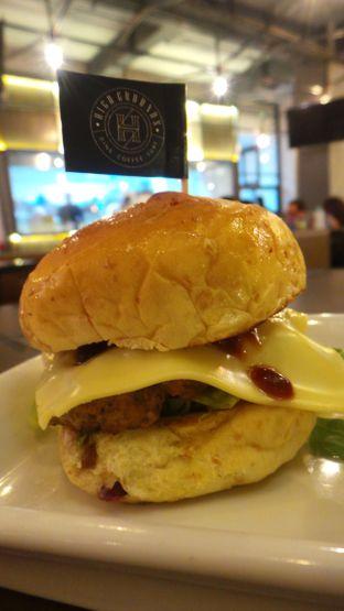Foto 4 - Makanan(Cheese Burger) di High Grounds oleh Komentator Isenk