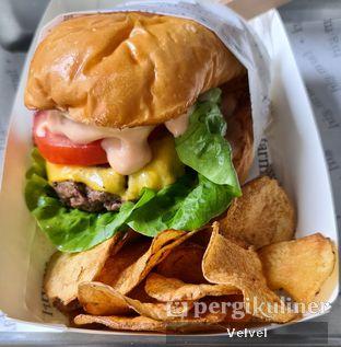 Foto 1 - Makanan(All American Burger ) di Farm.girl oleh Velvel
