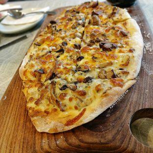 Foto - Makanan(Truffle Mushroom Pizza) di Hours Coffee & More oleh Stefanus Mutsu