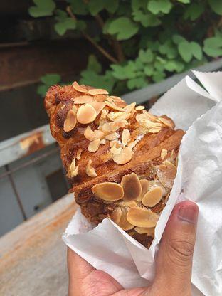 Foto 3 - Makanan(Almond Croissant) di Blue Doors oleh Fadhlur Rohman