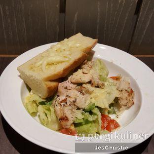 Foto 2 - Makanan(Grilled Chicken Caesar Salad) di Uncle Tjhin Bistro oleh JC Wen