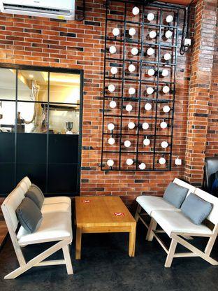 Foto 14 - Interior di Kolonial Bistro & Roastery oleh kdsct