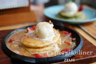 Foto 2 - Makanan(Elise's Sizzling Caramel Pancake) di Nanny's Pavillon oleh @teddyzelig