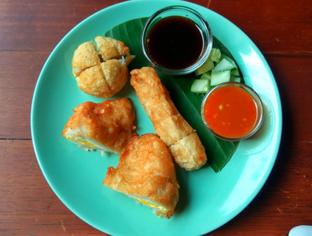 Foto 3 - Makanan(Pempek (IDR 32k)) di Kaffeine Kline oleh Renodaneswara @caesarinodswr